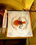 地方旗子在被加强的中世纪教会Cristian,特兰西瓦尼亚教会里  库存图片