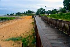 地方海滩的湿木板走道 库存照片