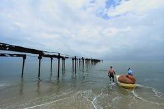 地方渔夫海上努力工作 免版税库存图片