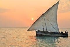 地方渔夫的单桅三角帆船在坦桑尼亚 免版税库存图片