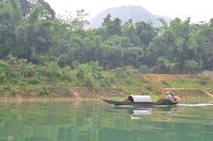 地方渔夫钓鱼与他的在Trang的小船一条河 图库摄影