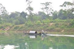 地方渔夫钓鱼与他的在Trang的小船一条河 免版税图库摄影