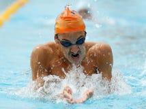 地方游泳队训练蛙泳样式 免版税图库摄影