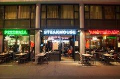 地方牛排餐厅和餐馆行在红灯区在阿姆斯特丹,荷兰 免版税库存照片