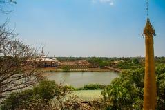 地方的美好的风景顶视图在城市毛淡棉, Hha-an附近的 缅甸 缅甸 免版税库存图片
