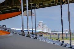 地方的莫斯科 机场Chkalovsky,2018年8月12日:在装载货物前的飞机用开放隔间 空气其他飞机  库存照片