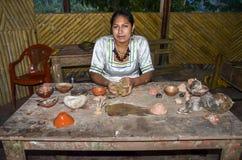 地方盖丘亚族人的厄瓜多尔土产妇女显示瓦器杯子 库存照片
