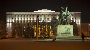 地方议会大厦被点燃的装饰照明 库存照片