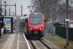 地方通勤者类型跑为R-NET的调情的人在荷兰扁圆形干酪和莱茵河畔阿尔芬之间在荷兰 免版税库存图片