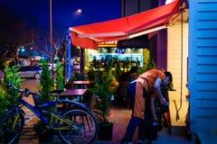 地方速食餐厅在晚上 库存图片