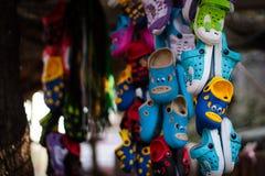 地方鞋子拖鞋供营商在印度 免版税库存图片