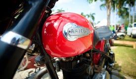 地方风俗汽车和自行车展示芭达亚 库存照片