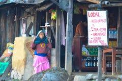 地方餐馆,有篮子的,迁徙的村庄尼泊尔妇女 免版税图库摄影