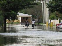 地方洪水-在街道的趟水者 免版税库存图片