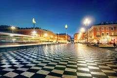 地方Massena主要城市广场在尼斯老镇在晚上t 免版税库存图片