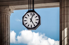 驻地时钟和天空 免版税库存照片