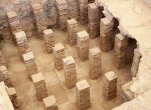 地板下面的瓦片和砖在罗马废墟 库存照片
