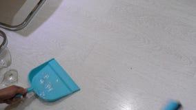 从地板取消残破的玻璃 影视素材