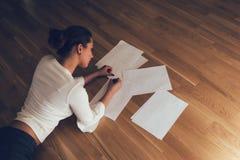 地板文字的妇女 免版税图库摄影