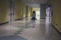 地板有操作员委员会的清洁机器 库存图片
