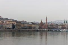 地标布达佩斯和多瑙河在多云天 有反射的老欧洲城市在水中和马达在河运送 库存照片