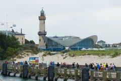 地标Warnemunde,灯塔和修造的Teepott 从海运的视图 免版税库存图片