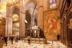 地毯、壁画和雕象在16世纪塞维利亚大教堂里面有金黄装饰和安心的 免版税库存照片