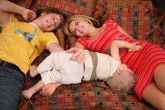 地毯儿童父项 免版税库存照片