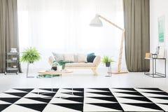 地毯在明亮的客厅 免版税库存图片