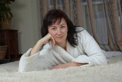 地毯女性位于的微笑 库存照片