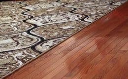 地毯盖子硬木地板 免版税库存图片