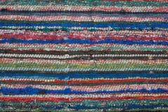 地毯纹理由被回收的物质小条做成 背景地毯圈子五颜六色的模式纹理 免版税库存图片