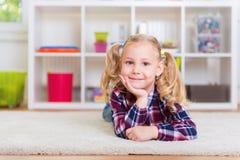地毯逗人喜爱的女孩一点 库存图片