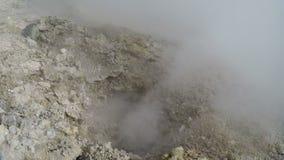 地热活动-高温废气和蒸汽火山的孔放射云彩  股票视频