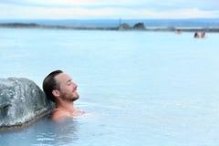 地热温泉-供以人员放松在温泉水池 库存图片