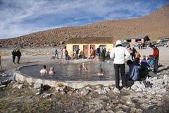地热热水的人们在玻利维亚反弹 库存图片