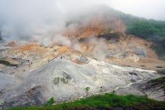 地热的发烟在Noboribetsu在Shikotsu-Toya国家公园在北海道,日本 免版税库存照片
