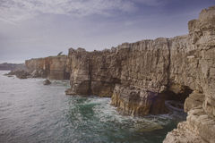地狱, cascais葡萄牙嘴的多岩石的海滩  免版税库存图片