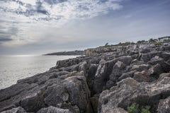 地狱, cascais葡萄牙嘴的多岩石的海滩  免版税图库摄影