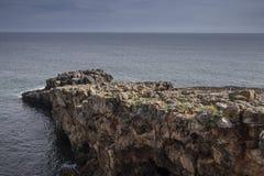 地狱, cascais葡萄牙嘴的多岩石的海滩  图库摄影