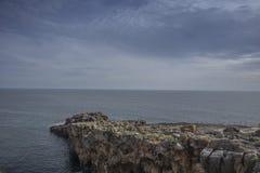 地狱, cascais葡萄牙嘴的多岩石的海滩  库存图片