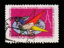 地球、火炬、青年时期团结克里姆林宫论坛和学生在莫斯科,大约1964年 免版税库存照片