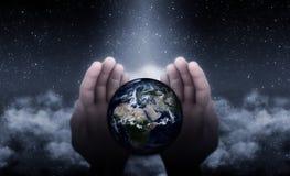 地球上的上帝手 向量例证