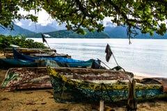 地球上的小船在海滩附近 库存图片