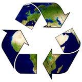 地球与回收标志,在eco地球附近的箭头 免版税库存图片