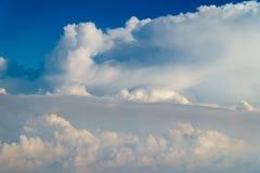 地球云彩美好的风景与蓝色天际的 免版税图库摄影