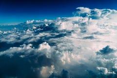地球云彩美好的风景与蓝色天际的 图库摄影