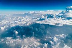 地球云彩美好的风景与蓝色天际的 库存照片