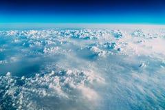 地球云彩美好的风景与蓝色天际的 免版税库存照片