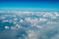 地球云彩美好的风景与蓝色天际的 免版税库存图片